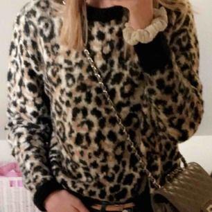 Stickad mysig leopard tröja