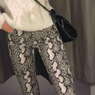 Ormmönstrade byxor från H&M