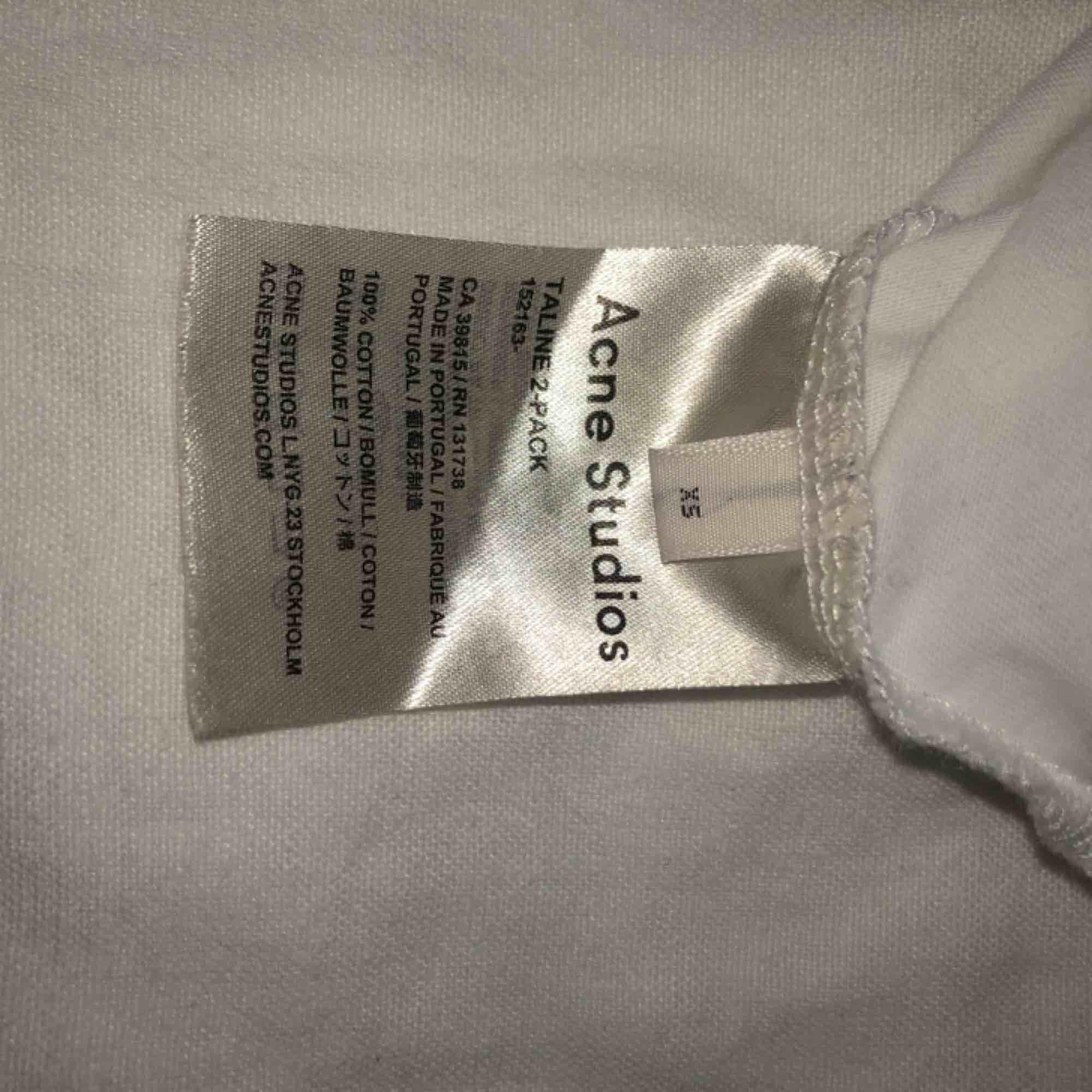 Säljer en av ACNE DORLA 2- PACK tröja med trycket STUDIOS på baksidan. Köpt på ACNE för ca 1800kr  100% bomull Storlek XS Använd max 5 gånger . T-shirts.