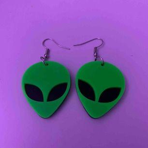 jättecoola alien örhängen! aldrig använda då jag helt enkelt inte fått någon användning för dom. som nya förutom att ena örhänget har några repor på baksidan (se bild 3), men det är inget man tänker på!👽💚