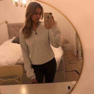 Helt ny tröja från Nelly.com. Aldrig använd, endast testad. Funkar på mig som är storlek xs men skulle passa lika bra på en s. Superfin och jättemjukt tyg på insidan, långa mysiga ärmar och fin grå färg, men har aldrig kommit till användning.