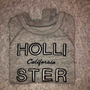 Sweatshirt från Hollister endast använd 2 gånger. Det är storlek XS men jag skulle säg att den passar någon med S också då den är ganska oversized. Mysigt yllematerial på insidan som passar bra inför vintern. ❤️❤️