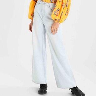 Jeans från weekday i modellen ace, nypris är 500 om jag minns rätt! Så fina men säljer pga att de blivit för stora för mig! Några fläckar längst ner, men inget man tänker på när man har på sig dem. Möts gärna upp i Stockholm💞