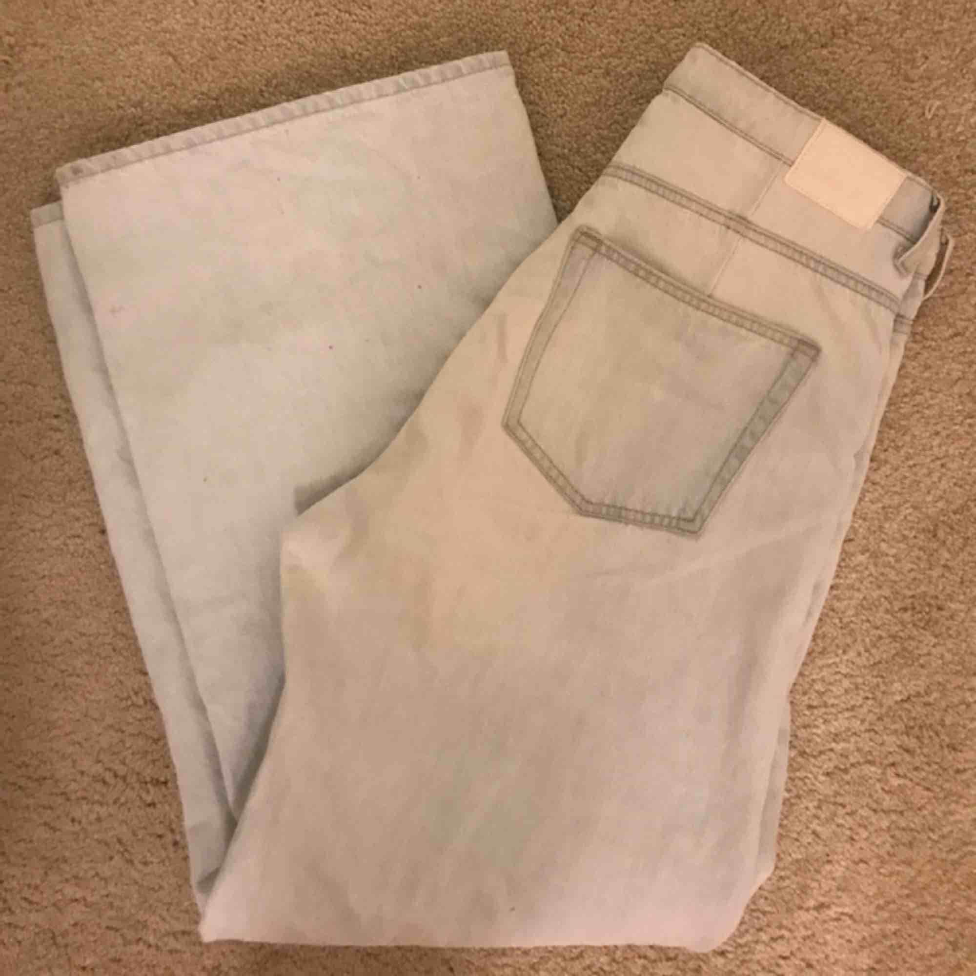 Jeans från weekday i modellen ace, nypris är 500 om jag minns rätt! Så fina men säljer pga att de blivit för stora för mig! Några fläckar längst ner, men inget man tänker på när man har på sig dem. Möts gärna upp i Stockholm💞. Jeans & Byxor.