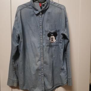 Jätte gullig jeans kjorta med Mickey mouse tryck både på baksidan och på den lilla flickan i framsidan😊 köparen står för frakten, 50 kr