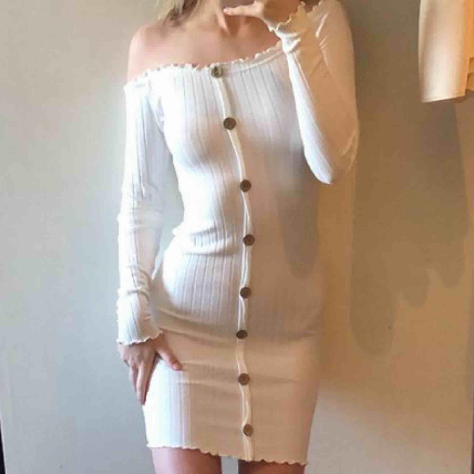 Jag säljer en stickad klänning från chiquelle.  (Endast använd till bilder till samarbete)  Nyskick Storlek: Small Nypris: 399 :- Utgångspris: 150 :- Kontakta mig om du vill lägga ett bud eller har några funderingar.. Klänningar.