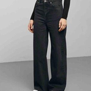 Ett par as nice washed black byxor från weekday i modellen ace! Säljes pga köpte fel storlek:((( 300kr + frakt!✨