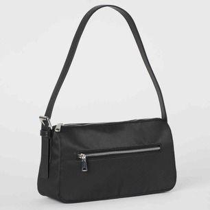 Säljer min populära trendiga baugetteväska från H&M, sparsamt använd, PERFEKT med space den rymmer mer än man tror 😌👍