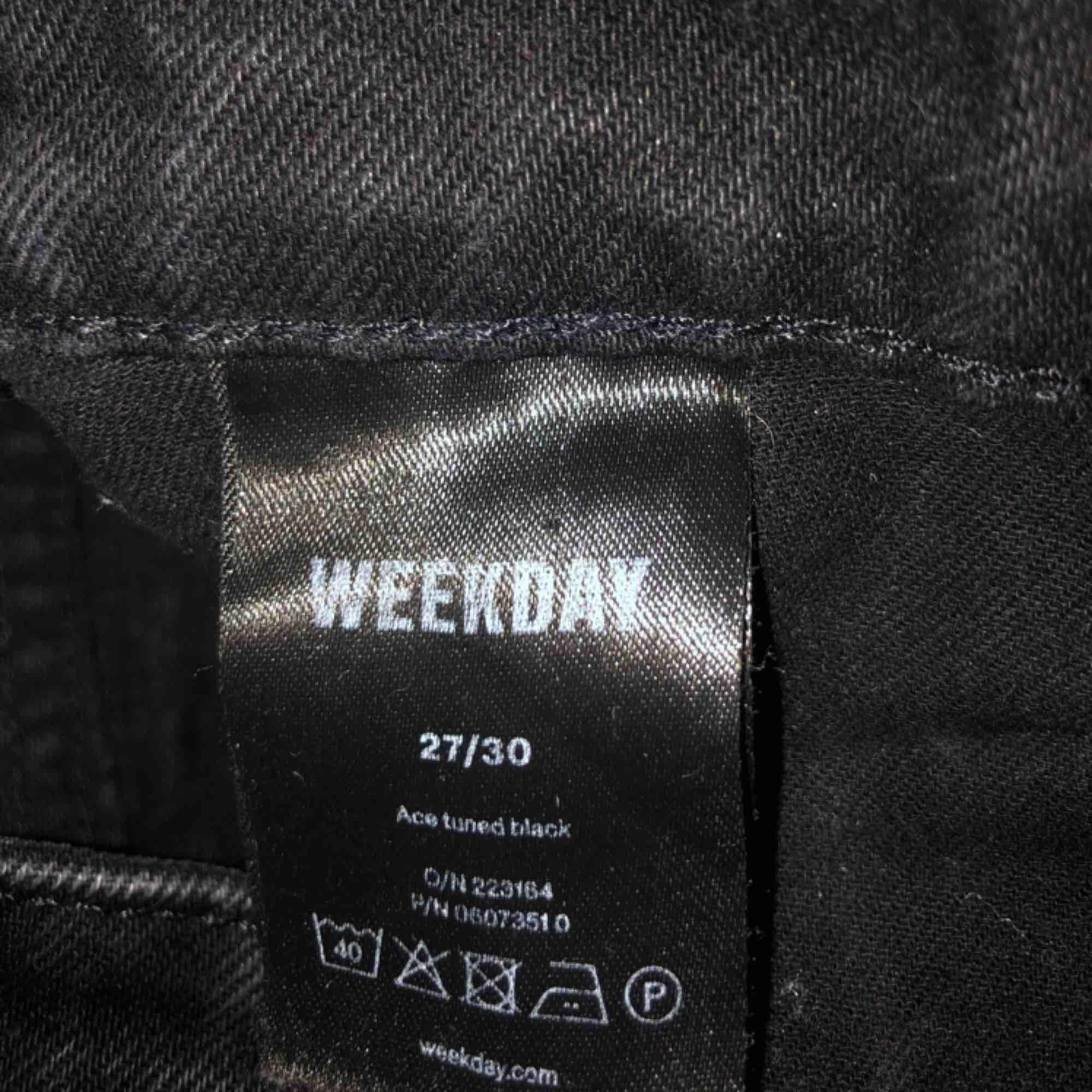 Ett par as nice washed black byxor från weekday i modellen ace! Säljes pga köpte fel storlek:((( 300kr + frakt!✨. Jeans & Byxor.