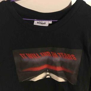 Snygg weekday tröja. Köpt på herravdelningen i storleken S men skulle säga att det är en M då den är stor i storleken.