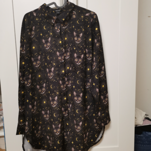 En jätte söt kjorta med katt tryck, köptes på Monki, köparen står för frakten, 50 kr 😊