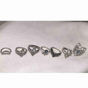 Ringar i silver. :) Storlekarna skiftar men de flesta är i S/M. De kostar 20kr styck men vid köp av flera kan paketpris diskuteras.