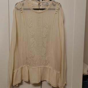 Fin,vit-krämig blus med små fina detaljer, köparen står för frakten, 50 kr 😊