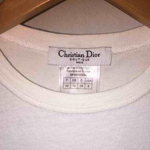 Dior 2000 tals T-shirt. Från Galliano eran.  Small, och är perfekt på mig också som är XS.  Perfect condition.  Kan ta bättre bilder om du vill! Jag svarar snabbt på frågor!