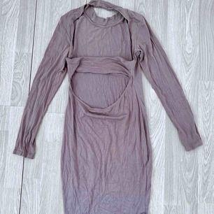 Brun/grå klänning från Missguided som har cutouts på ryggen. Storlek 36 i använt men bra skick.  Möts upp i Stockholm eller fraktar. Frakt kostar 54kr extra, postar med videobevis/bildbevis. Jag garanterar en snabb pålitlig affär!✨