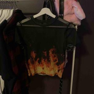 Säljer en fin tröja från bershka! Storlek M men passar xs-m