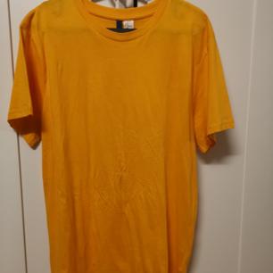 Basic gul t-shirt från män section, helt ny, använd bara en gång, köparen står för frakten, 50 kr 😊