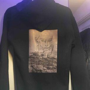 En snygg hoodie med tryck på ryggen Storlek S Säljs då jag inte använder den längre