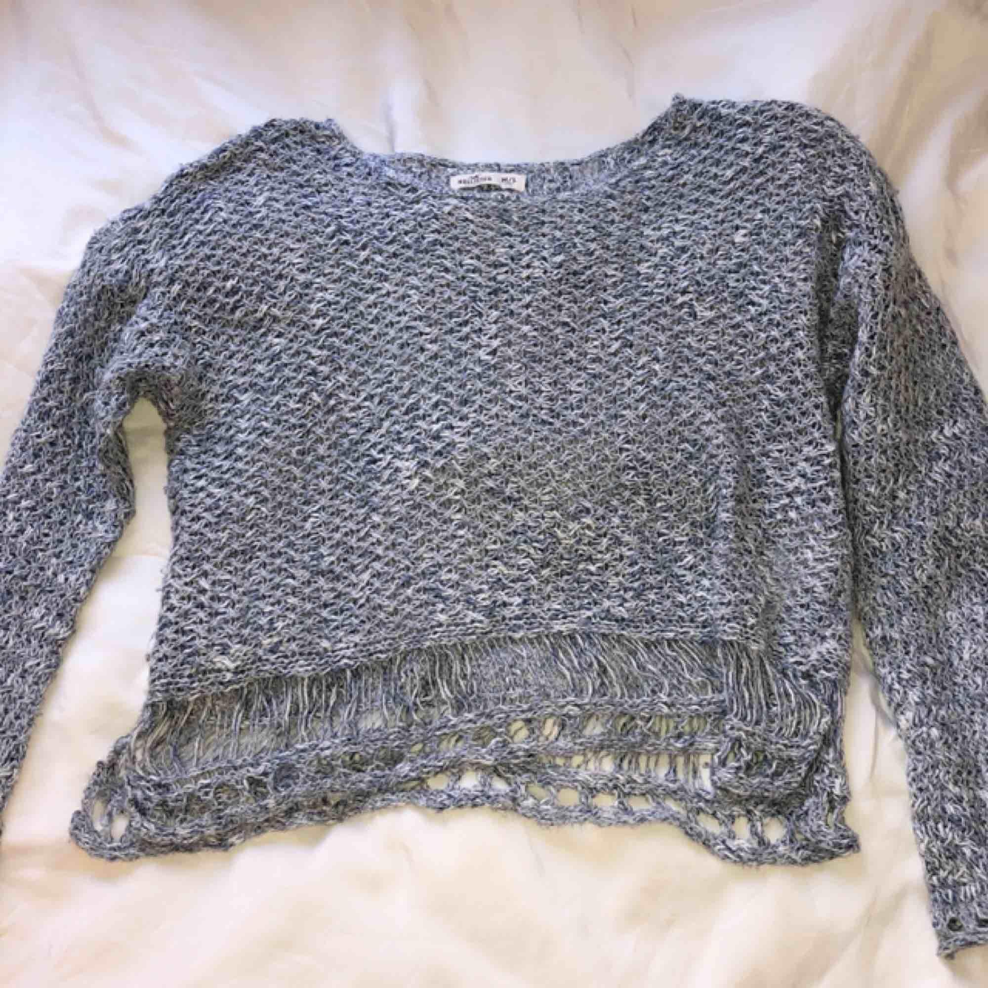 Glest stickad tröja, blå och vit. Vida ärmar. Passar dem flesta storlekar! Iaf XS-M . Stickat.