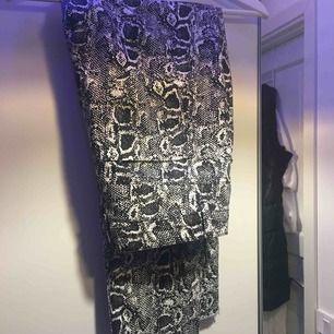 Snygga snakeprint jeans från nakd Används inte då de är för korta på mig Pris kan diskuteras