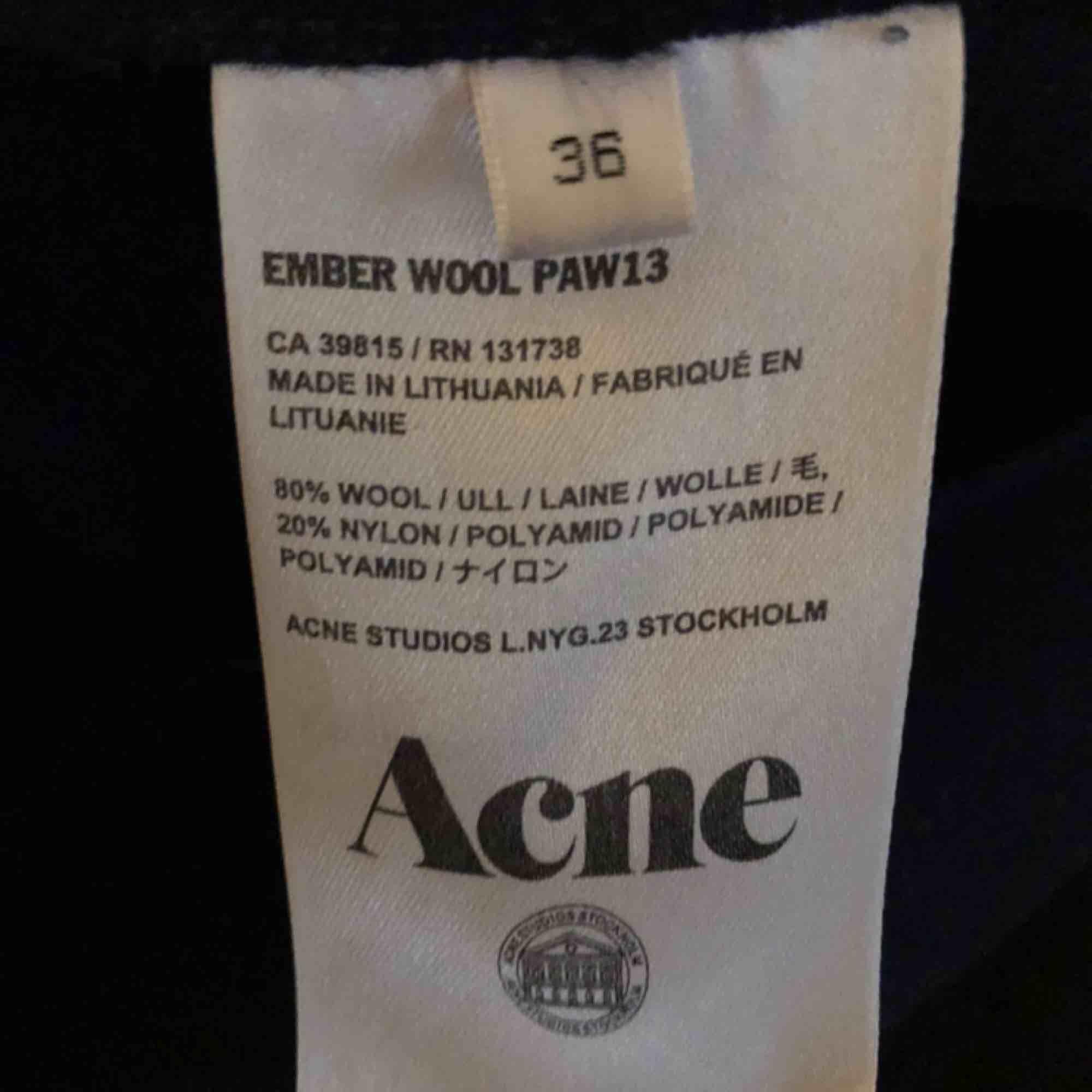 Underbar kappa i ull från Acne Studios - modell Ember Wool. Mörkt marinblå med sömlösa kanter. Tunt bälte i midjan i samma material. I använt men mycket fint skick! Strl 36 som passar 34-38. Ordpris 4000kr. Köpare står för frakt.   . Jackor.