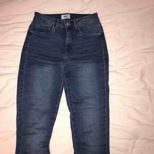 Ett par jättesköna och tajt (men bekvämt) åtsittande blå jeans med fram- och bakfickor. Använda ett fåtal gånger då dem inte riktigt är min stil så dem är i bra skick! Dem är i storlek S och benlängd 32. Passar mig jättebra som är 168 cm.