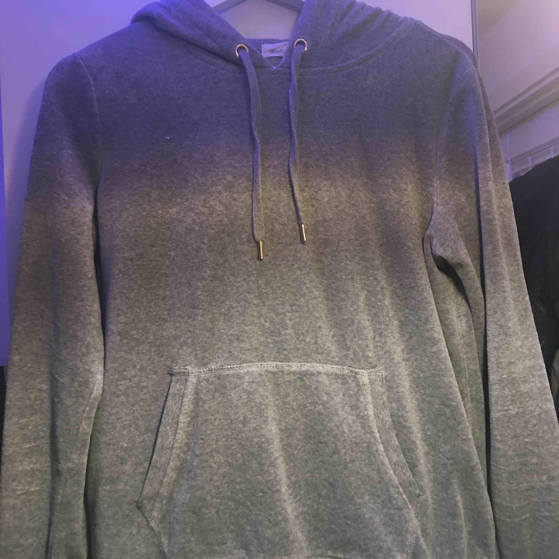 Grå sammets hoodie från hm Knappt använd. Huvtröjor & Träningströjor.