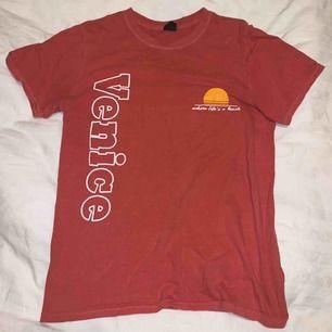 tröja köpt på urban outfitters i las vegas förra året! använd en gång 💛