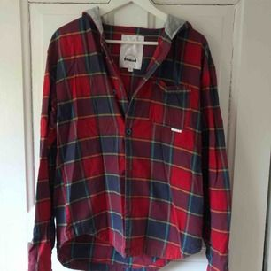 Skjorta från Humör ⚡️ storlek L.  Älskar denna skjortan! Har använts mycket i skidbackarna 🏂