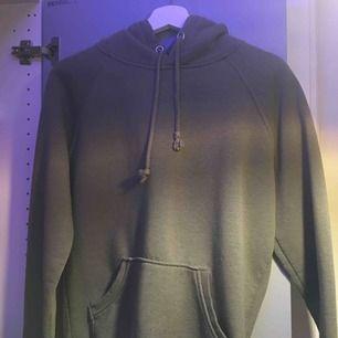 Militärgrön hoodie från bikbok Lite nopprig