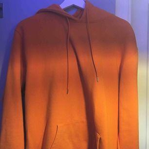 Orange overzised hoodie från carlings Knappt använd