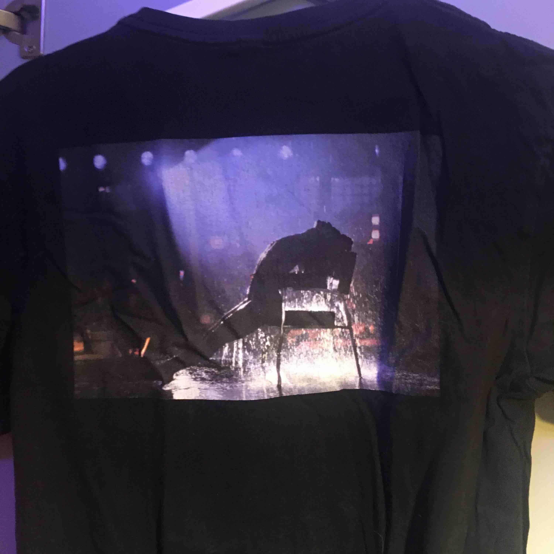 Snygg T-shirt från hm med tryck på ryggen. T-shirts.
