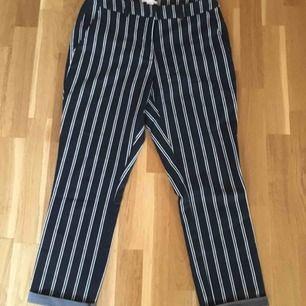 Relativt nya byxor, sällan använda. Dom är högmidjade med två fickor på baksidan.