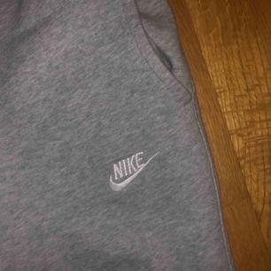 Mjukisbyxor från Nike som är för små för mig. Tre fläckar som bara syns när man fotar med blixt (se bild 2) därför jag säljer dem så billigt. Frakt ingår 🌸
