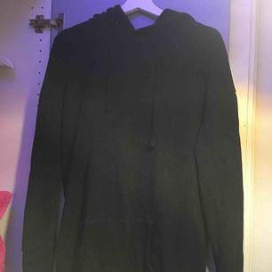 Vanlig svart hoodie
