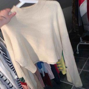 Jättefin stickad tröja från h&m med utsvängda armar, aldrig använd. 80kr + frakt.