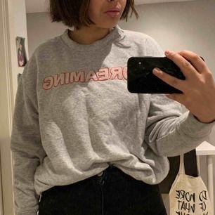"""en mysig sweatshirt med tryck som står """"dreaming"""" på!! kan mötas upp i umeå :)"""