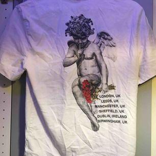 Snygg vit T-shirt från hm med tryck på ryggen
