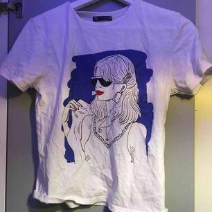 Snygg T-shirt från zara Inte använd så mycke Liten i storlek så skulle säga en zs