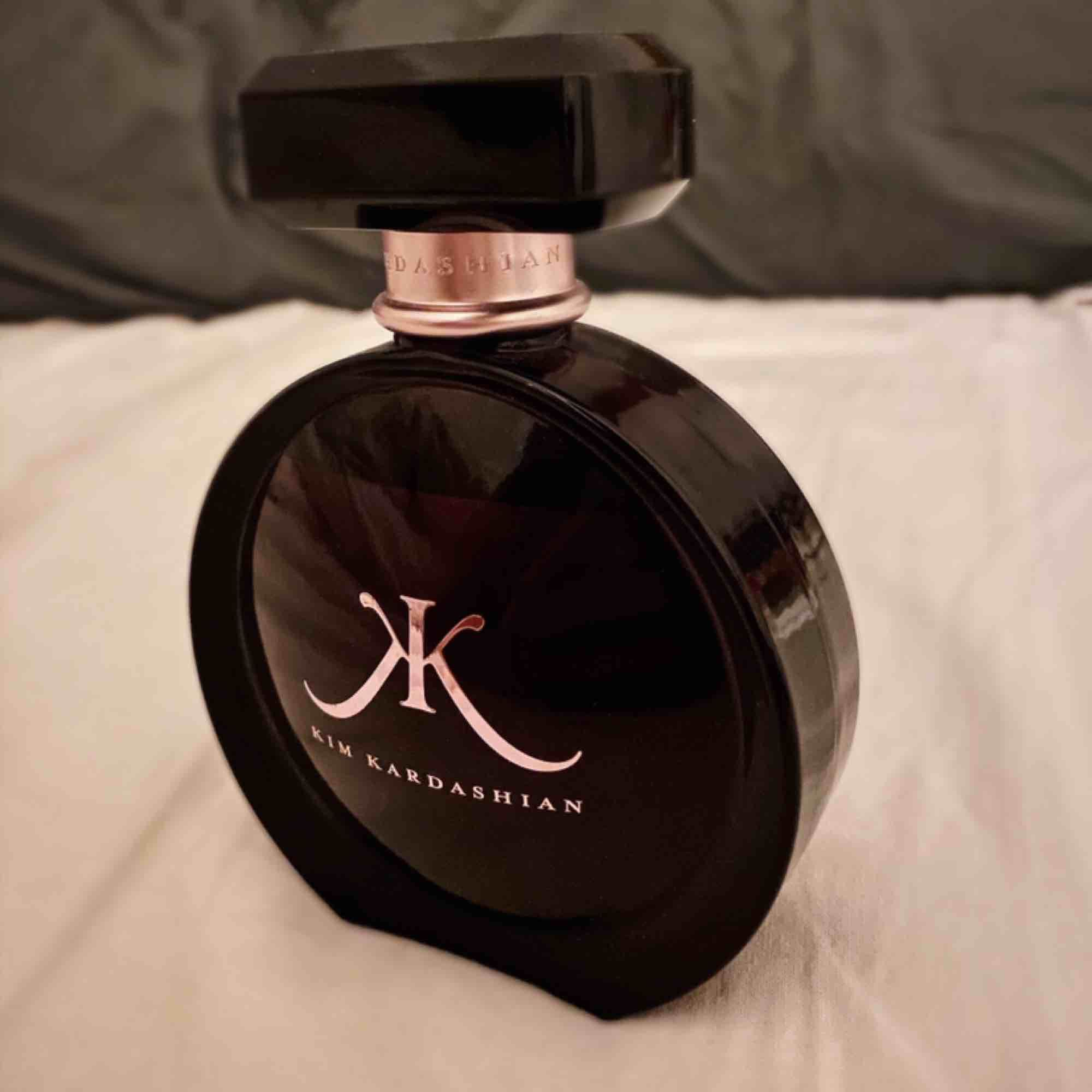 Kim kardashians parfym som beskrivs såhär:  Orientalisk/Blommig Priset har inkluderad frakt! . Övrigt.