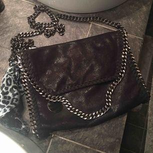 Superfin svart (lite typ glittrig) Stella McCartney liknande väska, mycket fint skick. !!Leopardnäsduken säljs inte!!💕