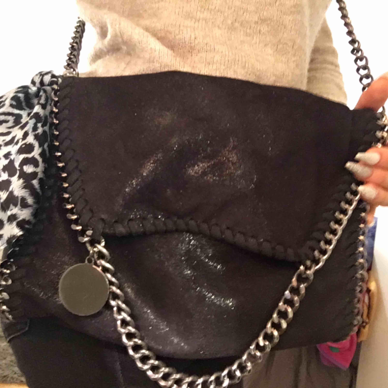 Superfin svart (lite typ glittrig) Stella McCartney liknande väska, mycket fint skick. !!Leopardnäsduken säljs inte!!💕. Väskor.