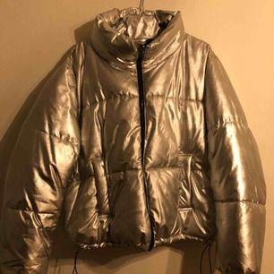 Fodrad Silverjacka från H&M. Sparsamt använd.