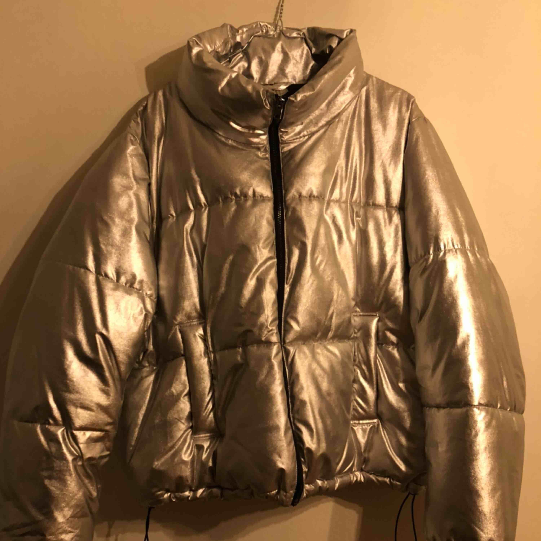 Fodrad Silverjacka från H&M. Sparsamt använd. . Jackor.
