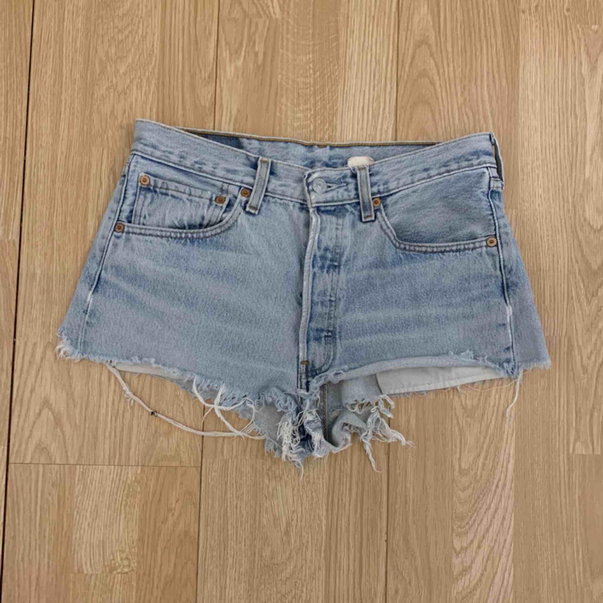 Snygga ljusblå Levi Shorts, passar en storlek S.  Möts upp i Stockholm eller fraktar. Frakt kostar 55kr extra, postar med videobevis/bildbevis. Jag garanterar en snabb pålitlig affär!✨. Shorts.
