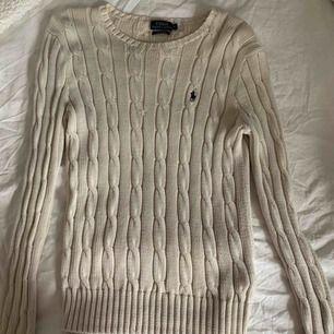 super fin kabelstickad tröja från Ralph Lauren i en kräm vit färg. använd ett få tal gånger men superbra skick!! nypris 1200kr