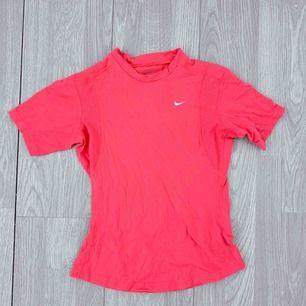 Rosa tränings t-shirt storlek XS från Nike. Använt men bra skick.  Möts upp i Stockholm eller fraktar. Frakt kostar 36kr extra, postar med videobevis/bildbevis. Jag garanterar en snabb pålitlig affär!✨