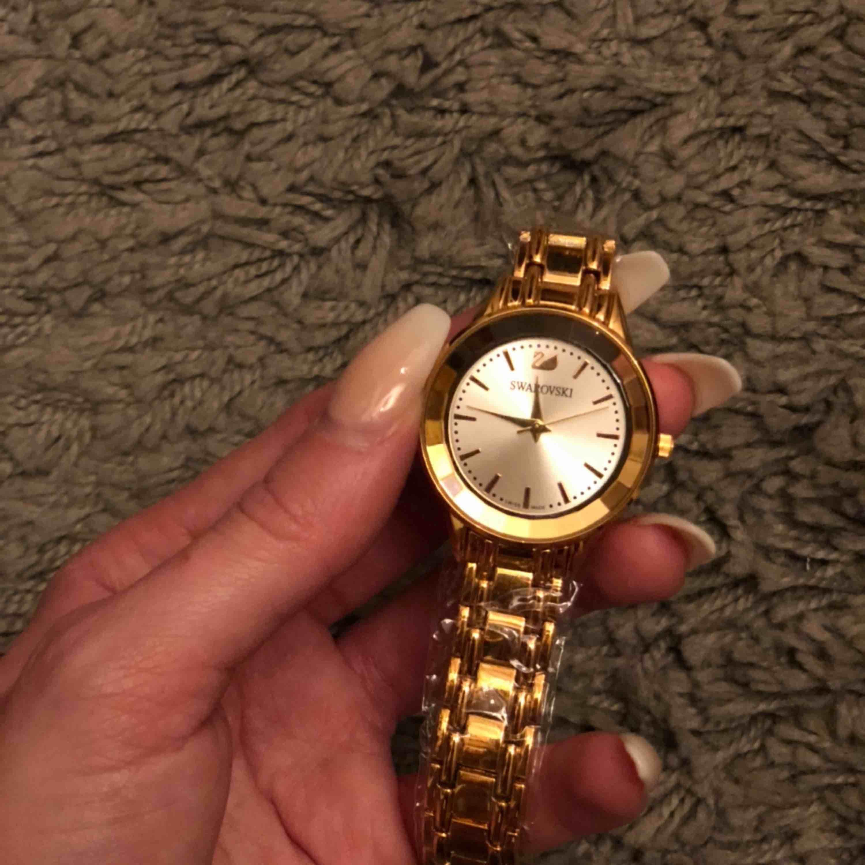 Oanvänd Swarovski klocka säljes på grund av dubbel  order.   Klockan är 20cm lång men länkar kan tas bort på vilken urmakare som helst.   Finns att hämta i Fridhemsplan eller Spårbar leverans om så önskas. . Accessoarer.
