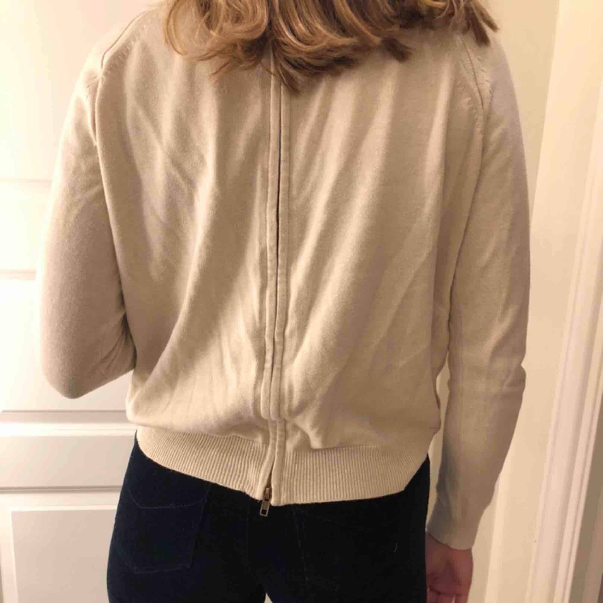 Fin beige tröja med dragkedja bak på ryggen, frakt står köparen för. Tröjor & Koftor.