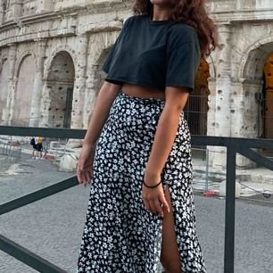 sååå snygg oversized klippt t-shirt köpt på bershka i Italien! Använde mycket i sommar men den är i fint skick. Frakt tillkommer ✨